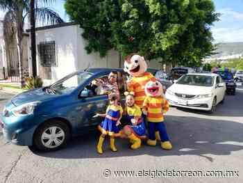 Joven de Monterrey se 'cuela' a caravana de piñata y se lleva pastel con bolo - El Siglo de Torreón