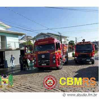 Bombeiros controlam incêndio em residência no Bairro Santa Helena em Bento Gonçalves | Rádio Studio 87.7 FM - Rádio Studio 87.7 FM