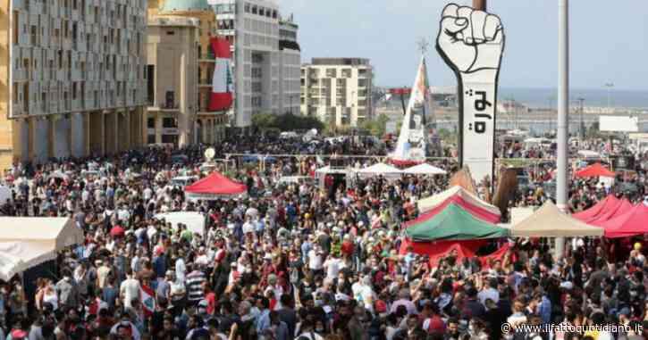 """Beirut, in migliaia contro il governo nel """"sabato della rabbia"""": polizia lancia lacrimogeni, 58 feriti. Salta Internet nell'area degli scontri"""