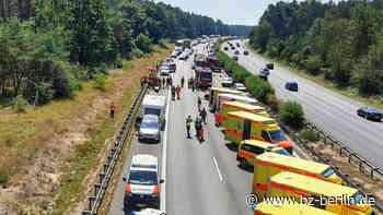 Auto fährt auf A9 auf Stauende auf – zehn Verletzte - B.Z. Berlin
