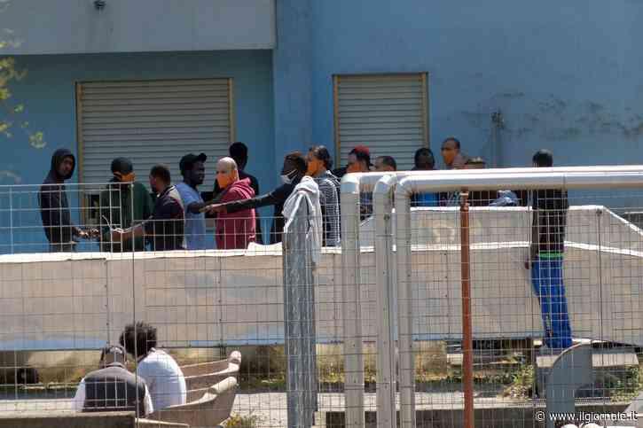 """Sbarchi, Viminale corre ai ripari: """"Tampone per tutti i migranti"""""""