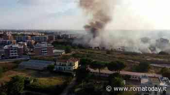 Sabato di incendi: residenti evacuati a Roma est. Un rogo chiude stazione della metro C
