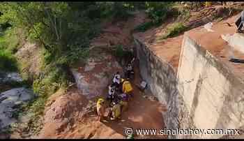 Trailer sufre volcadura en la carretera de Guamuchil y el chófer cae a un canal. - Sinaloahoy