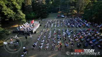 La Messa con 400 fedeli nel prato della Badia per il Covid, la prima con così tante persone - ForlìToday