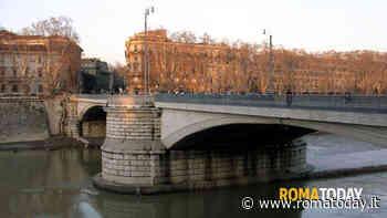 Ponte Garibaldi, donna minaccia il suicidio: salvata dai vigili urbani