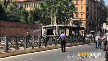 Incendio al Nomentano, bus Atac distrutto dalle fiamme: fumo nero in viale Regina Margherita
