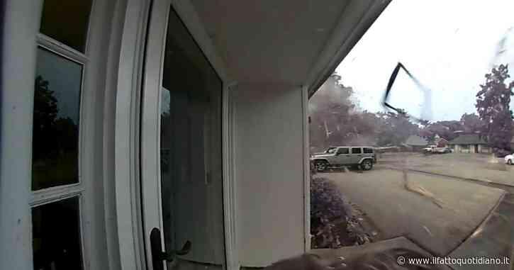 Fulmine cade a pochi metri da una ragazza e fa esplodere un albero: il video catturato dalle telecamere di sicurezza della casa