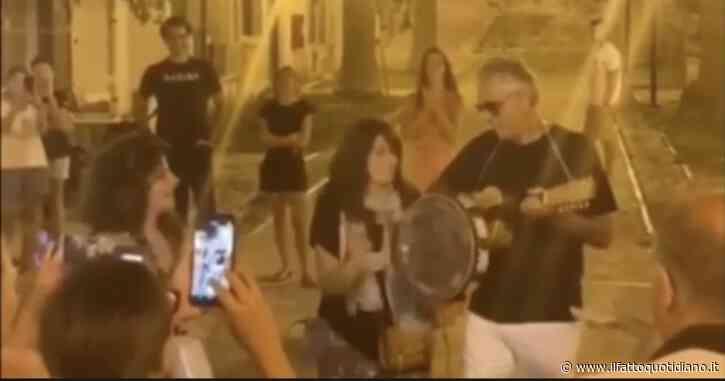 Andrea Bocelli improvvisa un concerto in piazza alle Isole Tremiti: niente mascherina né distanziamento