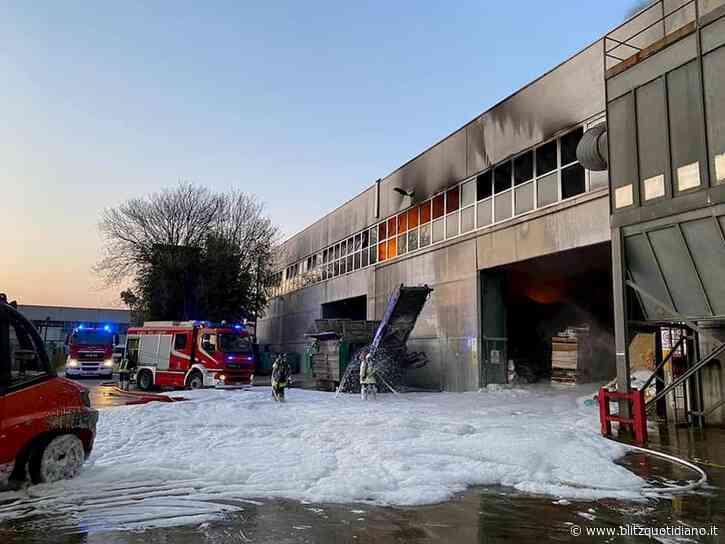 """Montebello Vicentino, incendio in ditta stoccaggio rifiuti. Assessore: """"Chiudete le finestre, non mangiate... - Blitz quotidiano"""