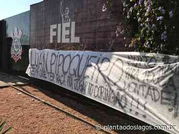 Torcedores do Corinthians protestam contra Luan no CT: 'Pipoqueiro' - Plantão dos Lagos