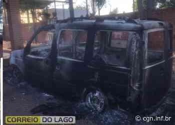 Fiat Doblo é destruído por incêndio na Linha Buricá, em Santa Helena - CGN