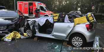 Haan: Feuerwehr muss Autofahrerin nach Unfall aus VW schneiden - EXPRESS