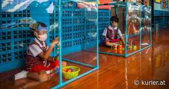 Wegen Pandemie: Thailändische Schüler lernen jetzt in Plastik-Boxen - KURIER