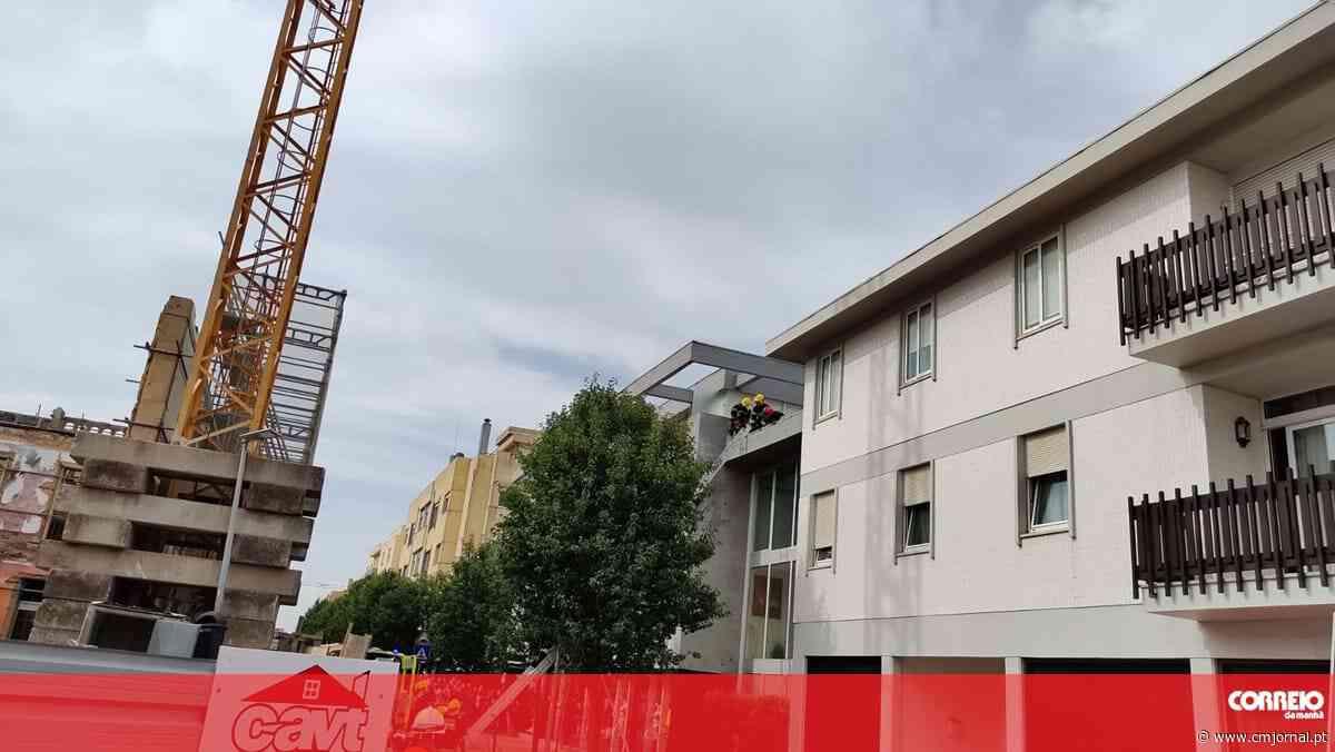 Homem de 31 anos cai de grua durante trabalho em obra em Espinho - Correio da Manhã
