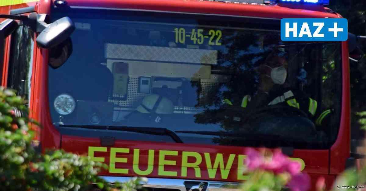 Feuerwehr Wedemark fährt zu Nachlöscharbeiten auf Acker in Isernhagen - Hannoversche Allgemeine