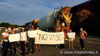 Bresso, attivisti contrari alla vasca anti Seveso bloccano l'ingresso di una betoniera al Parco Nord - MilanoToday.it
