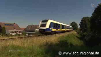 Lautes Pfeifen und Hupen von Zügen: Anwohner an unbeschranktem Bahnübergang laufen Sturm - Sat.1 Regional