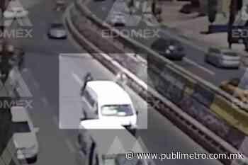 Motociclista se estrella con combi que bajó pasaje en el segundo carril - Publimetro México