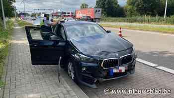 Auto botst tegen verkeerslicht op Westerring in Genk - Het Nieuwsblad