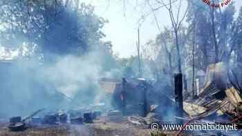 Incendio a Roma sud, fiamme raggiungono il parco degli Acquedotti: interrotta la linea ferroviaria