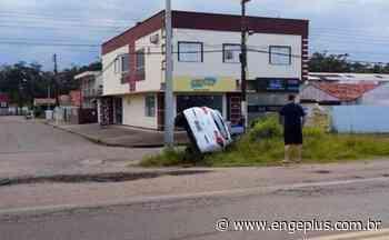 Veículo cai em vala na entrada de Laguna - Engeplus