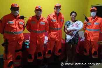 Mãe que deu à luz em casa no Norte de Minas recebe doações de militares do Corpo de Bombeiros - Rádio Itatiaia