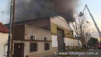 Lanús: Incendio en una fábrica de cartelería vial en Gerli - InfoRegión