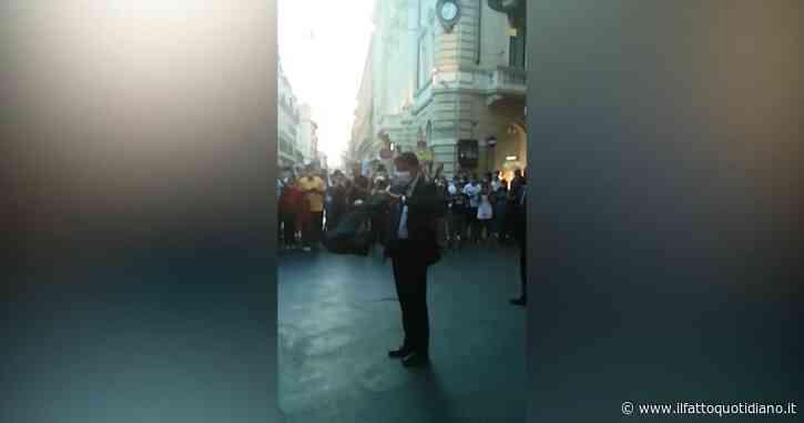 """Conte e lo shopping di Ferragosto. Esce da un negozio a Roma e lo accolgono con applausi: """"Grazie di esserci"""". E lui fa cenno di distanziarsi"""