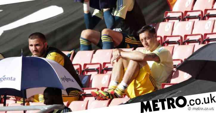 Tony Cascarino slams Mesut Ozil for not seeking a move away from Arsenal