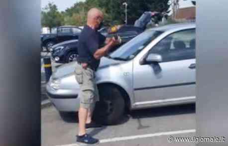 Cane chiuso in auto: il passante lo salva con l'ascia