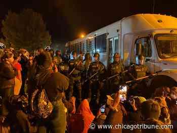 Manifestantes impiden por horas el paso de un autobús con inmigrantes detenidos - En Español - Hoy Chicago