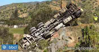 Camión vuelca en ruta que une Los Vilos con Illapel: Bomberos trabaja en rescate de conductor - BioBioChile