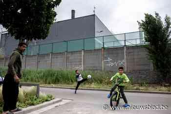Umicore kuist nu ook voetpaden Moretusburg voor gezondheid van kinderen - Het Nieuwsblad