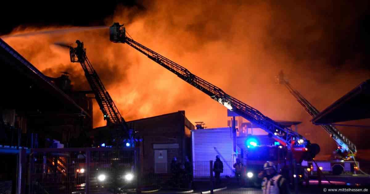 Über 100 Feuerwehrleute löschen Brand in Elz - Mittelhessen