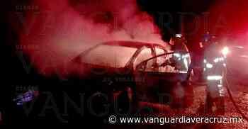 ¡Calcinado quedó un coche en Oluta! - Vanguardia de Veracruz