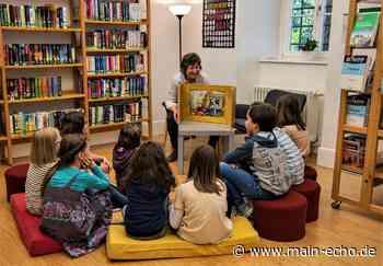 Öffnung nach Corona-Lockdown: Schlange bei der Stadtbücherei in Miltenberg - Main-Echo
