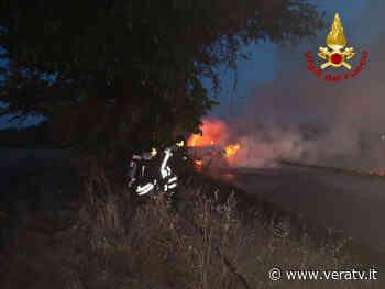 Polverigi – Auto a fuoco, le fiamme arrivano alla campagna vicina - Vera TV