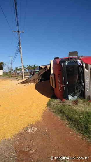 Carreta com carga de grãos tomba na PR-218 em Astorga - TNOnline - TNOnline