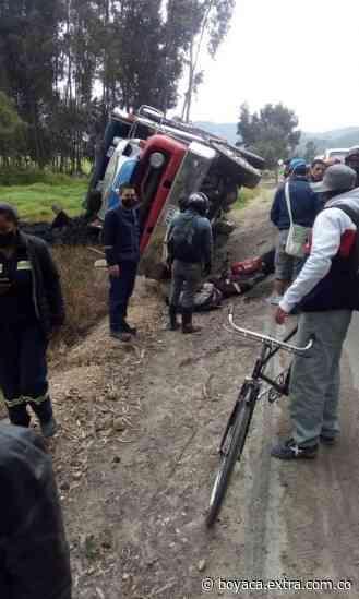 En la vía Ubaté a Cucunubá: Camión se volcó y se llevó por delante un motociclista - Extra Boyacá