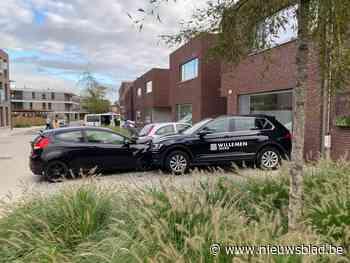 Vrouw schrikt door sluitende garagepoort en ramt twee geparkeerde auto's
