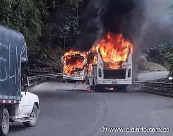 Vehículos de transporte público fueron incinerados en la vía Tadó - Pereira - El Diario de Otún