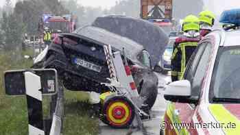 Neubiberg/A8: Nagelneuer Luxus-BMW nach Schlitterfahrt auf der Leitplanke nur noch Schrott - Merkur.de