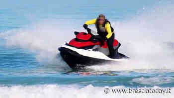 Fa il 'fenomeno' con la moto d'acqua, ma è senza patente: 3.670 euro di multa - BresciaToday