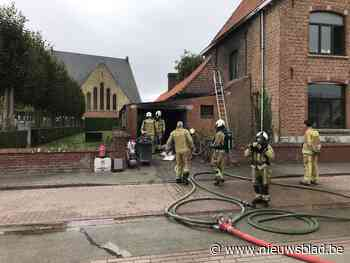 Bijgebouw naast woning uitgebrand, klassieke tractor gered (Koekelare) - Het Nieuwsblad