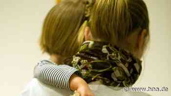 Mussten Kinder mit fremden Erwachsenen kuscheln? Schwere Anschuldigen gegen Kita in Baunatal - hna.de