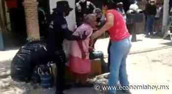 Policías de Cadereyta de Montes en Querétaro forcejean con mujer de la tercera edad por no usar ... - Economíahoy.mx
