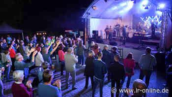Karussell im Konzert: Publikum in Elsterwerda ist heiß auf Livemusik - Lausitzer Rundschau
