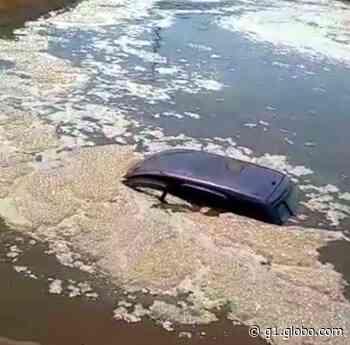 Carro cai dentro de represa em Santa Rita do Passa Quatro - G1