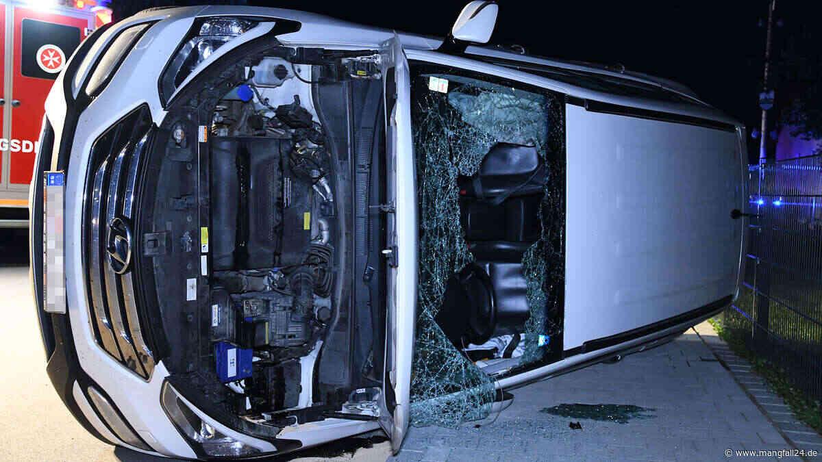 Buch am Erlbach: Crash im Kreuzungsbereich - Unfallauto schlittert auf Fahrerseite 50 Meter weit - mangfall24.de