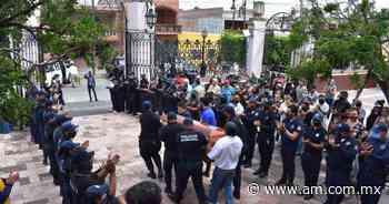 Entre aplausos despiden a policías asesinados en Yuriria y durante misa exigen a autoridades justicia - Periódico AM
